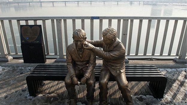 Estatua construida en un puente de Seúl que pretende disuadir a las personas de suicidarse