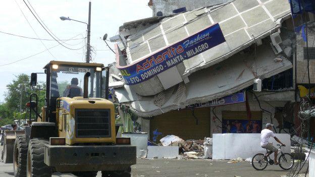 Local comercia quel sufrió la caída de los pisos superiores.