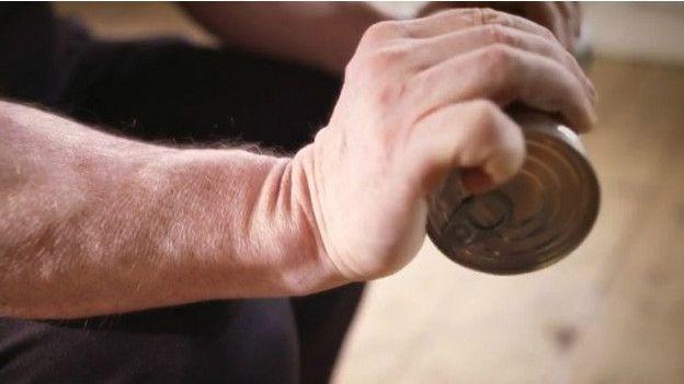 Por último, debes hacer las flexiones a la inversa para ejercitar tus dedos.