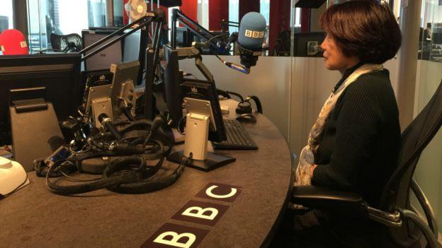 Ngải Hoa tại phòng thu Đài BBC ở London