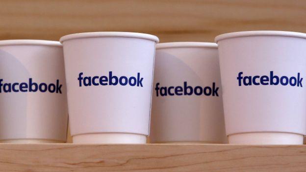 Tazas con el logotipo de Facebook