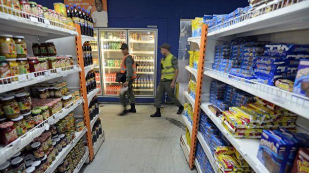 Soldados en un supermercado