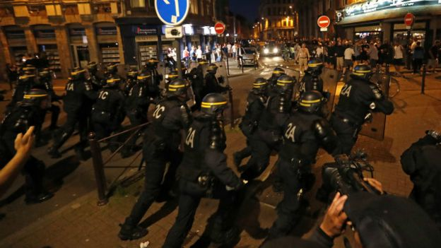 Cảnh sát Pháp xông vào đám đông cổ động viên Anh ở Lille hôm thứ Tư