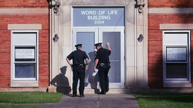 Полиция у церкви в Нью-Хартфорде, США