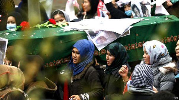 Mujeres acompañando el féretro de una de las víctimas de la minoría Hazara