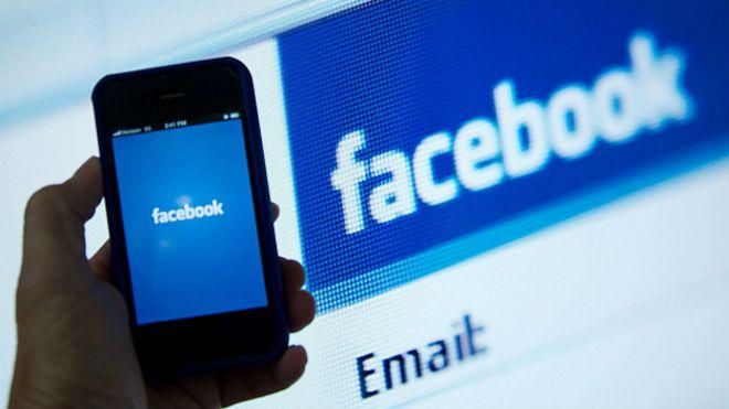 Pantallas mostrando el logo de Facebook.