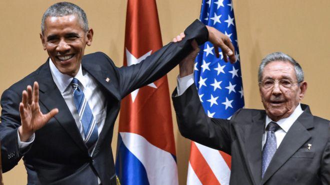 Obama y Castro luego de la rueda de prensa. Castro intenta levantarle el brazo a Obama, sin éxito.