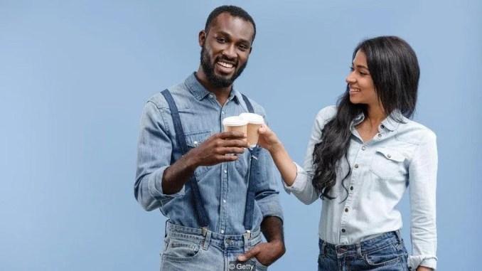 kahve içen kadın ve erkek