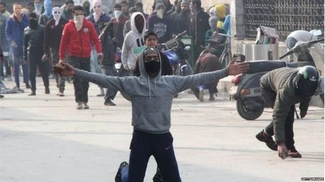 विरोध प्रदर्शन करते लोग