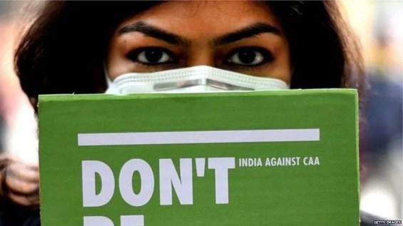 विरोध प्रदर्शन करती महिला