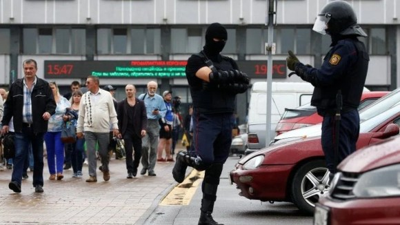 Police on guard near Minsk Tractor Works amid protest against presidential election result, 19 Aug 2020