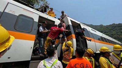 Taiwan: Rescue efforts after train derailment #world #BBC_News