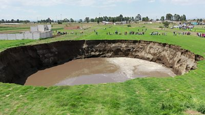 Growing sinkhole threatens to swallow home in Mexico #world #BBC_News