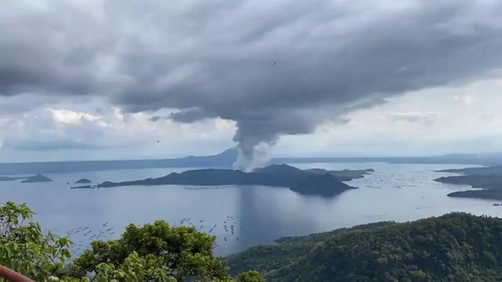 Philippines: Thousands Evacuate As Volcano Spews Ash