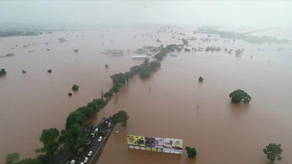India floods: At least 95 killed, hundreds of thousands evacuated ...