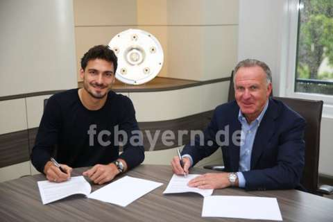 Done deal! @matshummels has put pen to paper on his contract at #FCBayern.