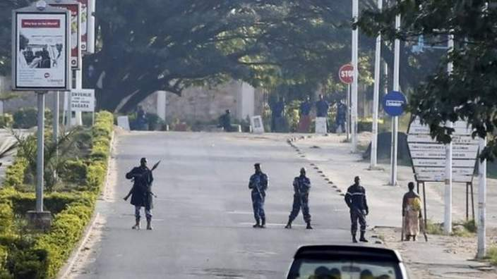 Police officers stand at a check point in Bujumbura, Burundi 14 May 2015