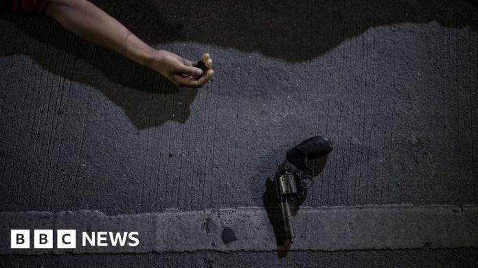 116180990 gettyimages 834483698 फिलीपींस के पुलिस अधिकारी ने मां और बेटे की हत्या का आरोप लगाया