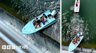 Boaters have a close call with a Texas dam #world #BBC_News