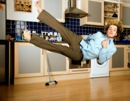 Un hombre flotando en su cocina