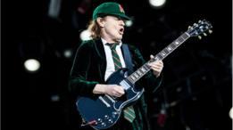 Angus Young, de AC DC tocando guitarra