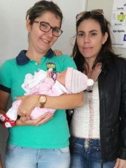 Yulia Molina posa com bebê e sua enfermeira