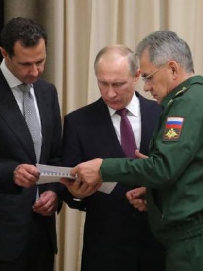 استعرض بوتين ووزير دفاعه مع الأسد الوضع العسكري في سوريا.