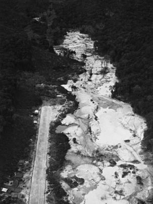 Pista de pouso para aviões do garimpo denominado Chimarrão, na região do Alto Rio Mucajaí, Roraima, em 1990.