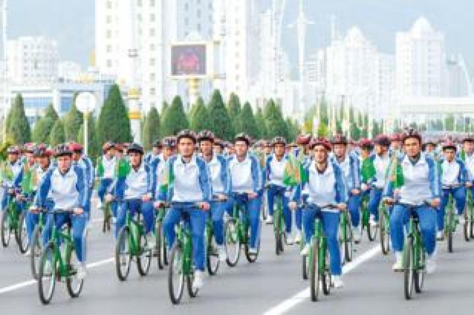 Mass cycle rally in Turkmenistan (file photo)