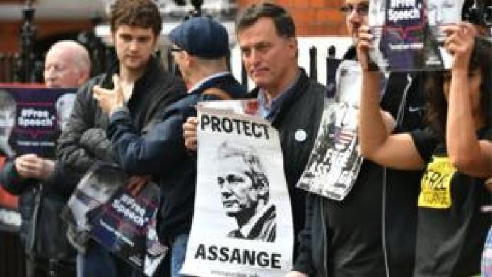 Los manifestantes se reúnen frente a la embajada de Ecuador en Londres
