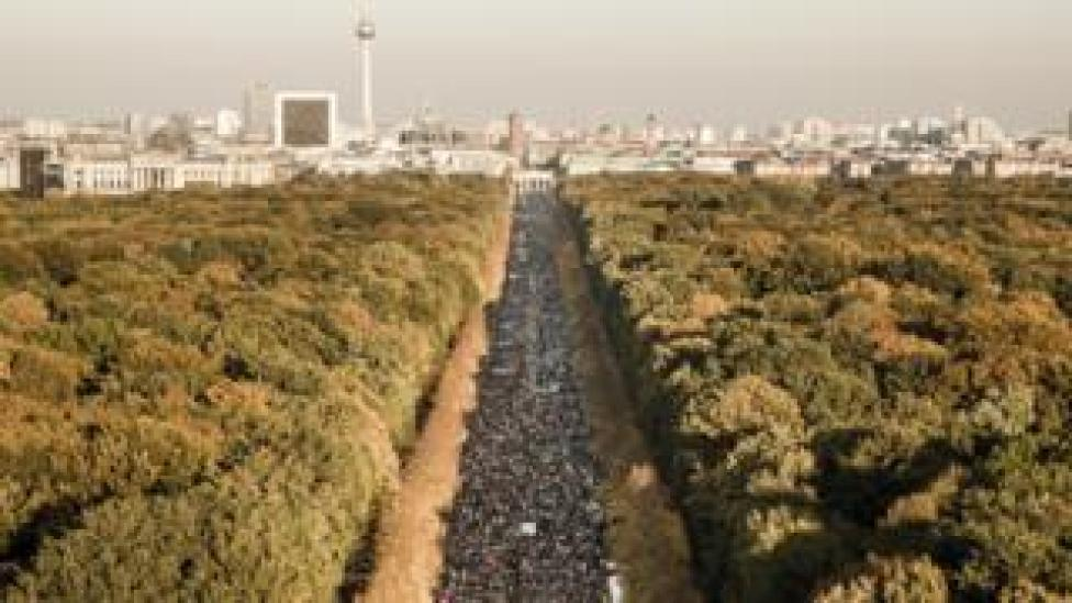 NEWS March in central Berlin towards the Brandenburg Gate - 13 October