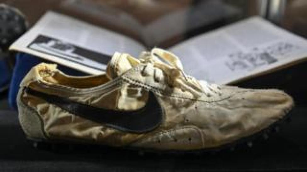 بيع الحذاء بمبلغ قياسي بلغ 437500 دولار