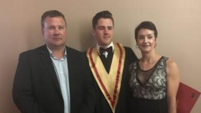 Evan Thomas zwischen seinen beiden Eltern