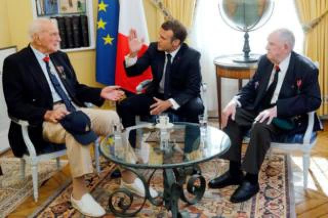Mr Macron with French veterans Jacques Lewis and Leon Gautier