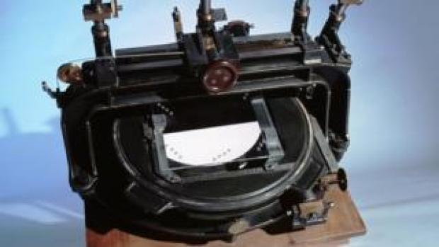 Eddington's 'comparator' was used to measure changes in the positions of stars, seen on telescope glass plates mounted below the movable microscopes