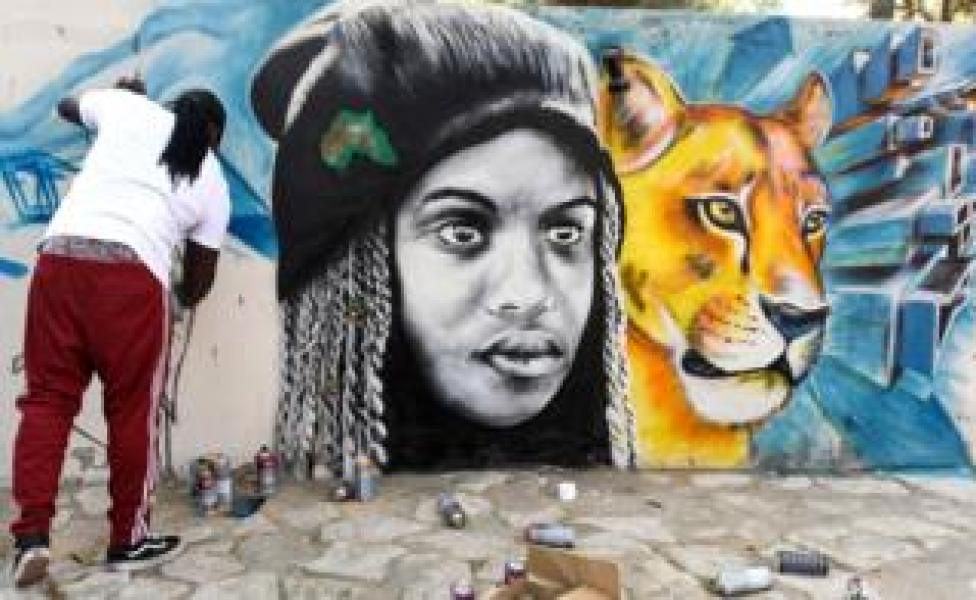 Kenyan artist completes a graffiti - Friday 13 April 2019