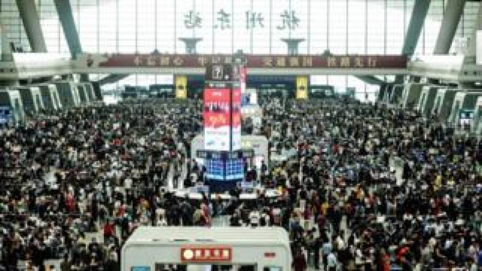 Crowds of people inside Hangzhou's Railway station