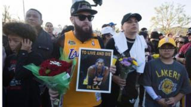 LA Lakers fans pay tribute to Kobe Bryant near the helicopter crash site in Calabasas, CA 26 Jan 2020