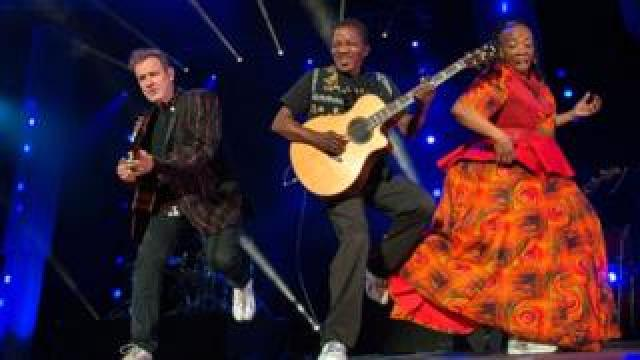 Johnny Clegg (L) in June 2017 in Cape Town during his final world tour, with guitarist Sipho Mchunu (C)