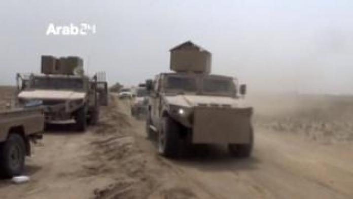 Yemeni pro-government fighters travel in armored vehicles during battles in Hudaydah (December 18, 2018)