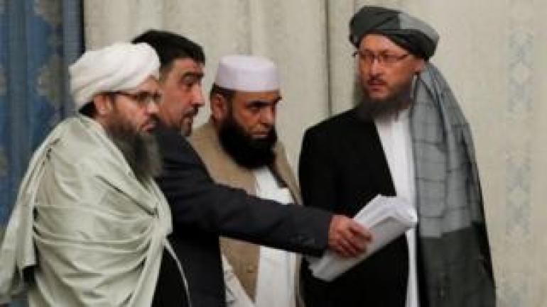 Mitglieder der Taliban-Delegation nehmen während der multilateralen Friedensgespräche über Afghanistan in Moskau am 9. November 2018 Platz.