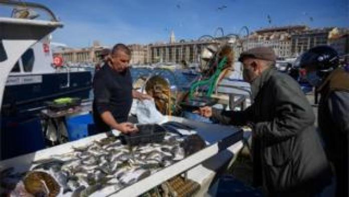 People buy fish in Marseille.