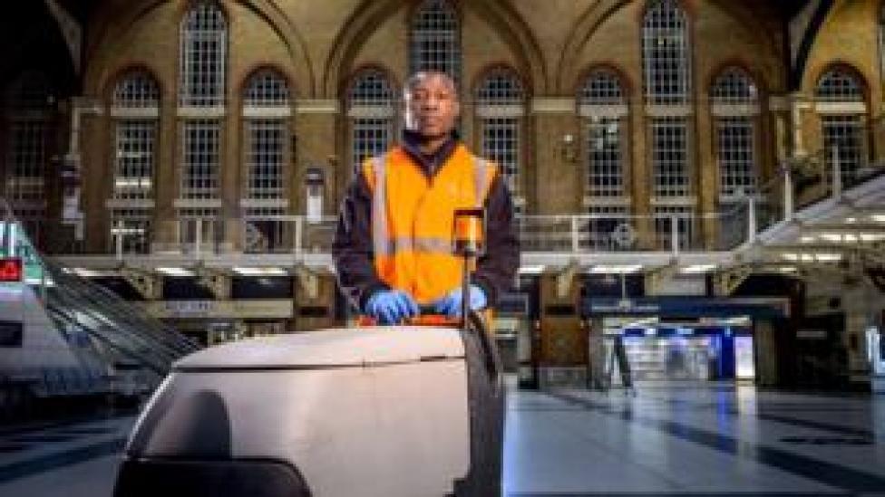Un limpiador en la estación de Liverpool Street