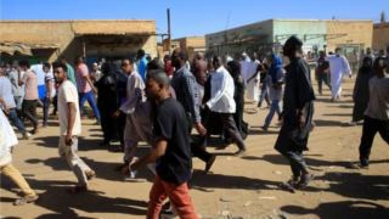 Sudanesische Demonstranten marschieren während der Proteste gegen die Regierung nach den Freitagsgebeten entlang der Straße