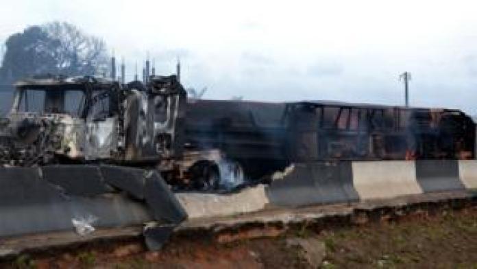 Un camion-citerne a pris feu dans la plus grande ville du Nigeria, Lagos, tuant au moins neuf personnes, selon les autorités.