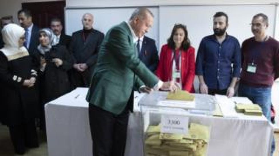 Turkish President Recep Tayyip Erdogan (front) casts his vote for the local elections in Istanbul