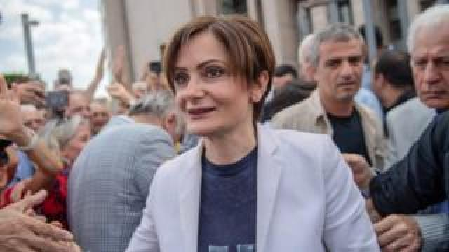 """People welcome Republican People""""s Party (CHP) Istanbul chief Canan Kaftancioglu (C) as she arrives at Caglayan court house"""