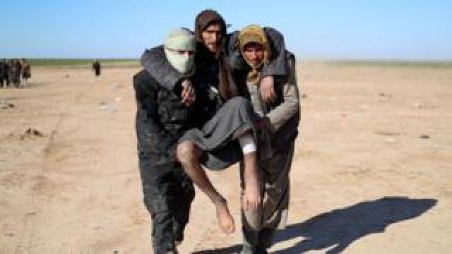 People fleeing from IS-held territory in Baghuz