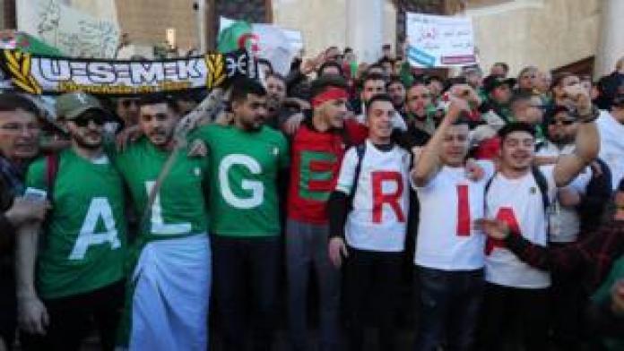 Algerische Demonstranten während eines Protestes gegen die Verlängerung des Präsidenten Abdelaziz Bouteflika in Algier