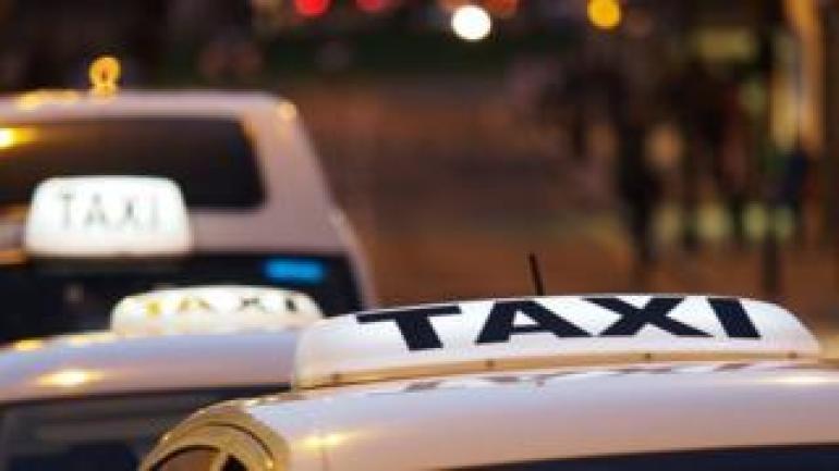 Taxi Schlange in der Nacht